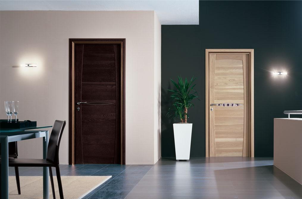 Входная и межкомнатные двери разного цвета